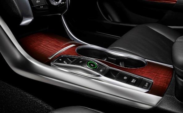 Acura TLX блестит на фирменном стенде в Нью-Йорке